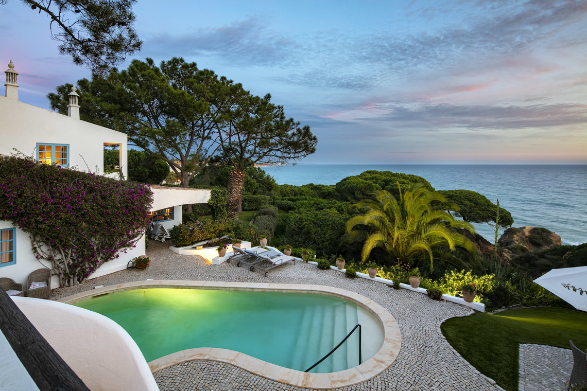 Sensational oceanfront villa in Olhos de Agua