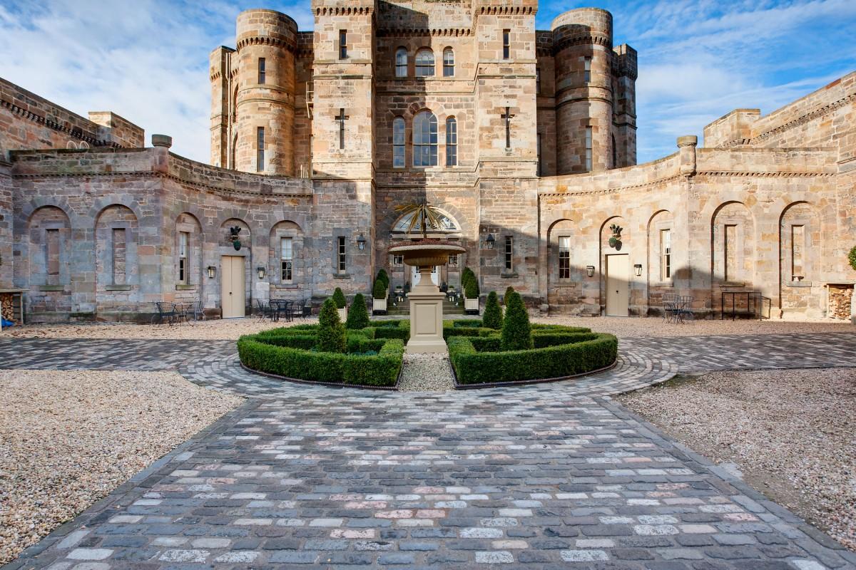 Neoclassical Castle by Robert Adam in private grounds close to Edinburgh (pt)
