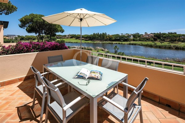 Sunny apartment with superb golf and lake views