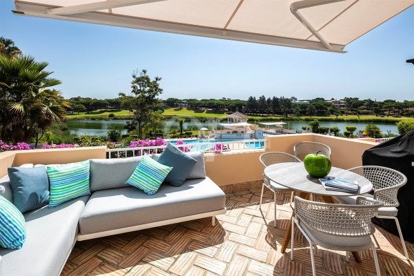 Stunning 2 bedroom apartment with lake and golf views