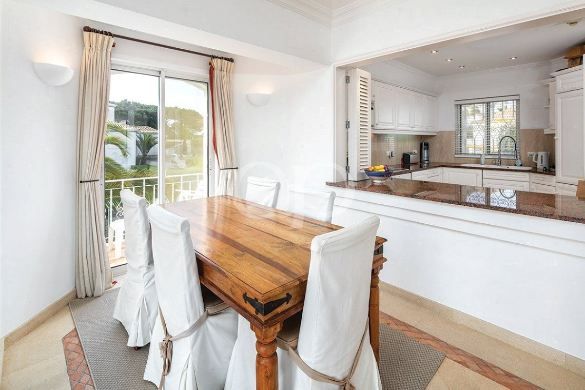 Top floor apartment in a central location within Quinta do Lago