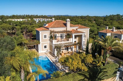 An exceptional villa located in the peaceful Quinta do Mar resort, within walking distance to the beach