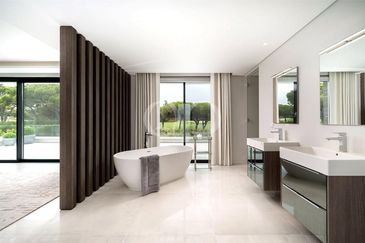 Residência contemporânea impressionante em lote de canto com vistas sobre o campo de golfe