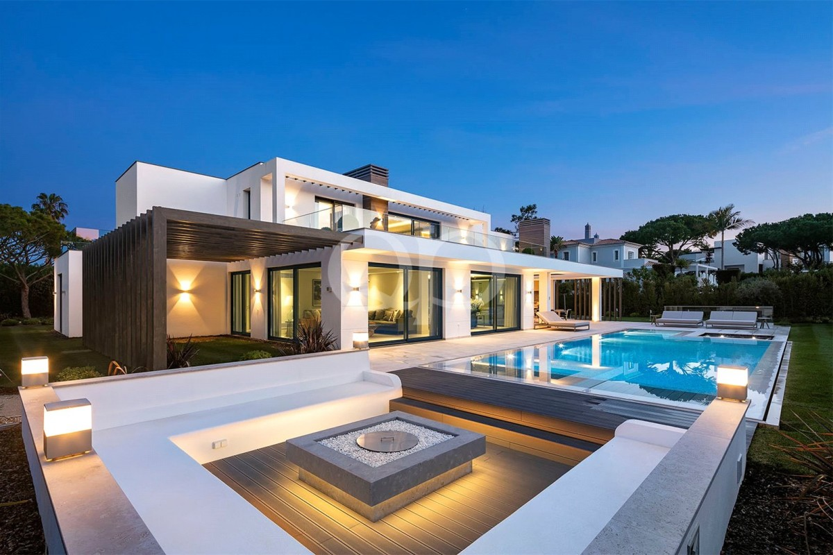 Contemporary villa on a corner plot with panoramic golf views