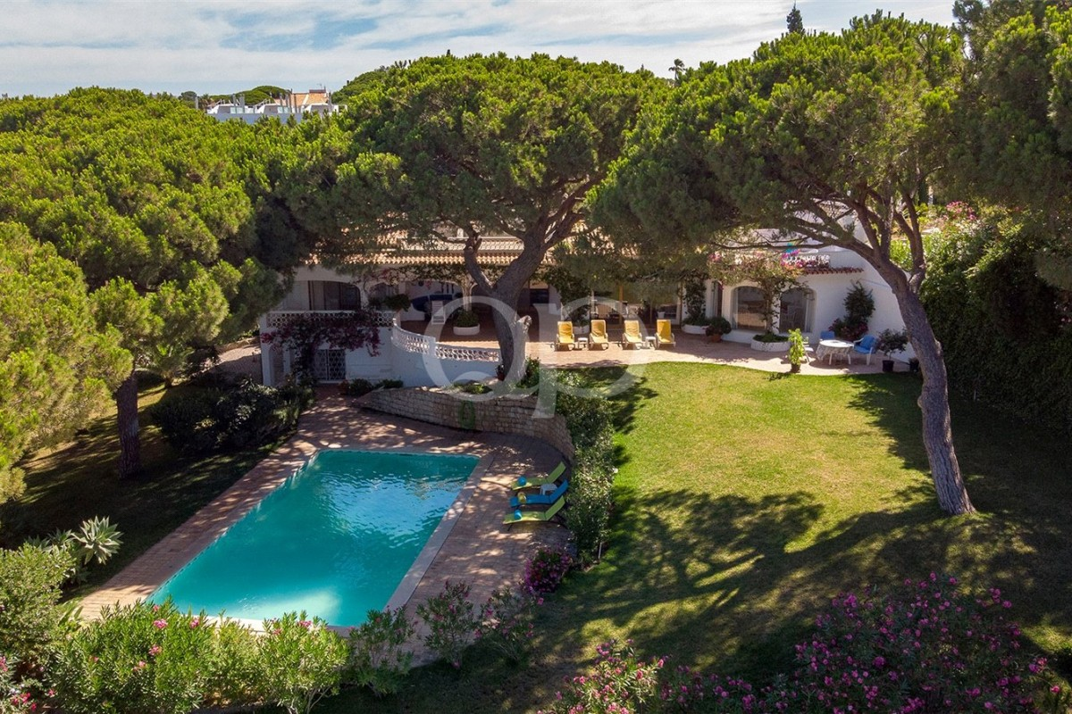 Villa on a large plot with sea views
