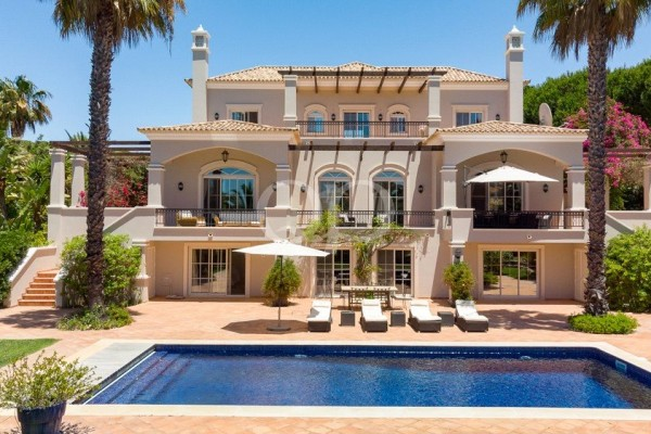 Spectacular family villa on a large plot with sea views
