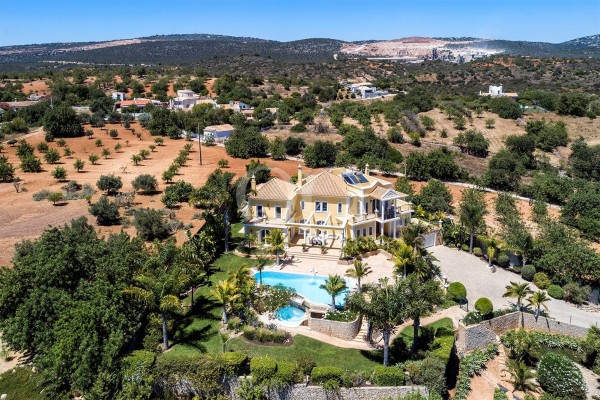 Luxury 4+1-bedroom villa with sea views near Vilamoura