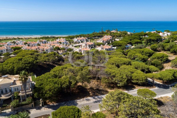 4 fantastic plots with sea views in an enviable location