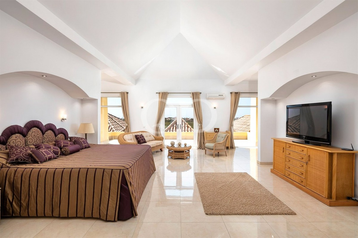 Large luxury villa located in Vale Formoso