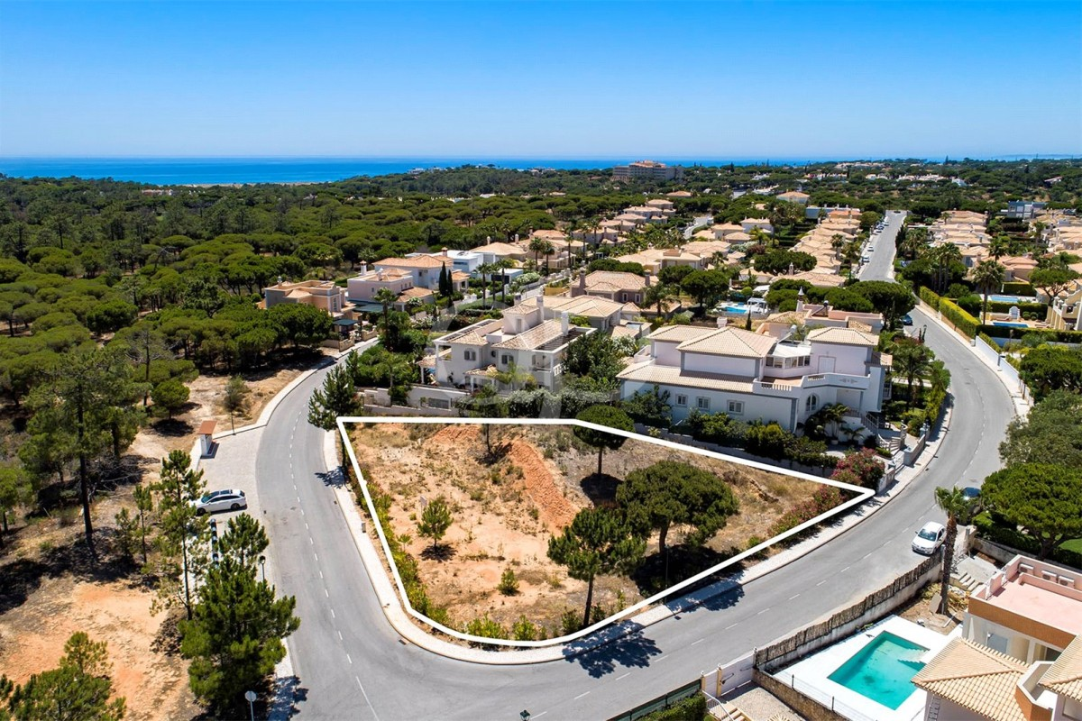 Large plot in a quiet development near the beach