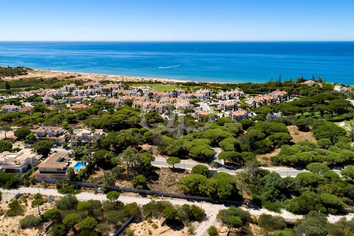 Plot with potential sea views near Vale do Lobo