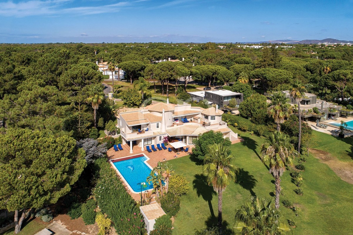 Opulent villa with superb views over the lake and golf course