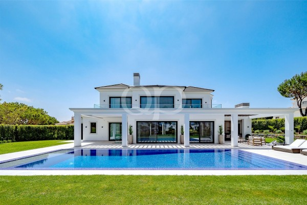 Spectacular villa with lake and fairway views