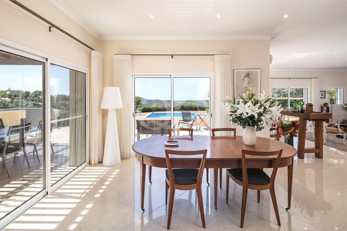 Attractive 4 Bedroom family villa