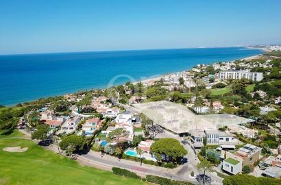 Extenso lote com vista para o campo de golfe e o mar