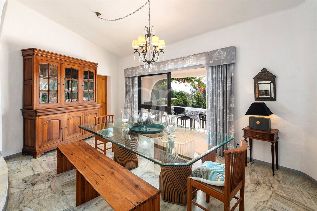 Charming 5 bedroom home with beautiful sea views